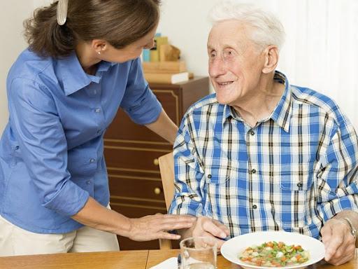 Cần người chăm người già tại nhà – Nhu cầu rất phổ biến hiện nay của nhiều gia đình